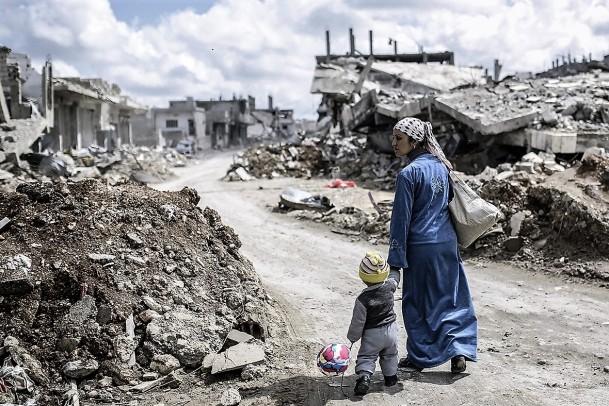 syria-destruction-mother-child-2015-photos